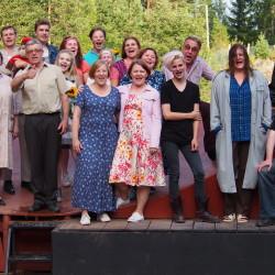 Häräntappoase-näytelmän työryhmä kiittää ja kumartaa